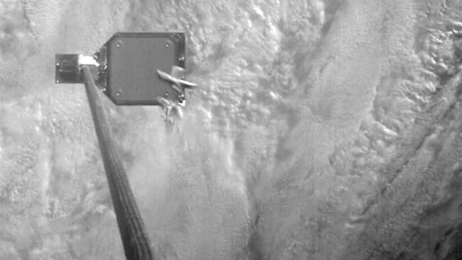 Un nuevo satélite estrena un arpón para capturar basura espacial