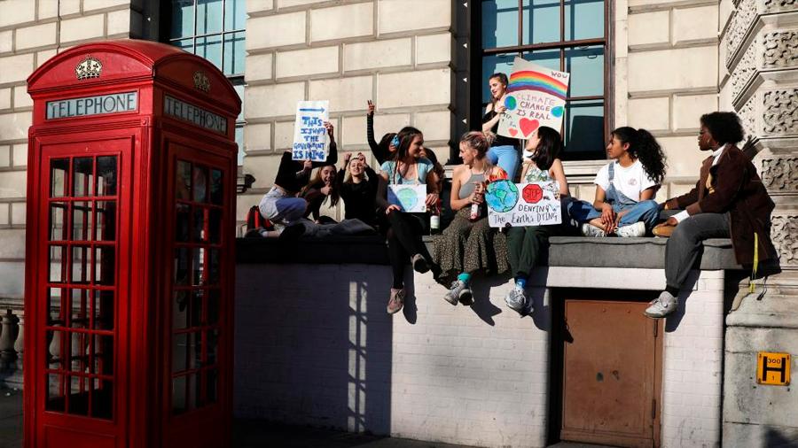 """Miles de estudiantes británicos se declaran """"en huelga por el clima"""""""