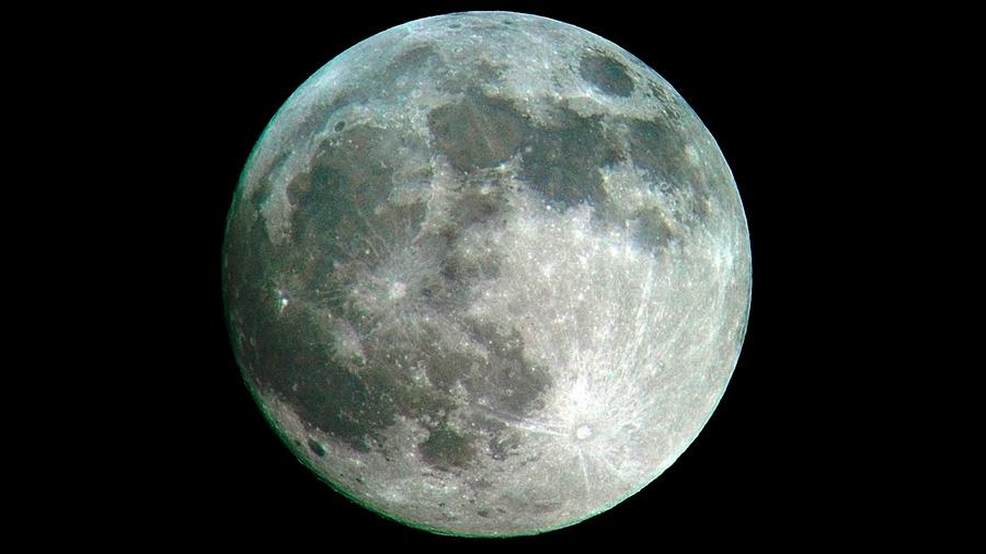 Rocas lunares tienen potencial de producir agua gracias al viento solar