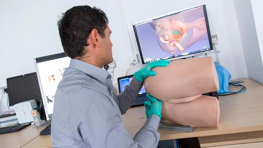 Científico mexicano en GB participó en crear simulador robótico para tratar problemas en recto y próstata en humanos