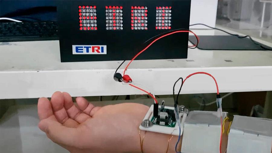 Generan electricidad del calor corporal para dispositivos portátiles