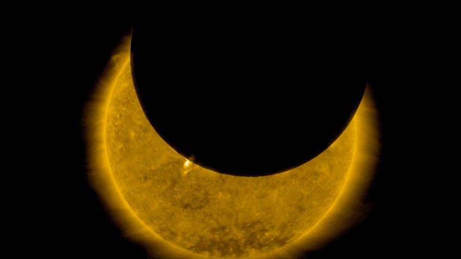 La Luna da marcha atrás transitando delante del Sol