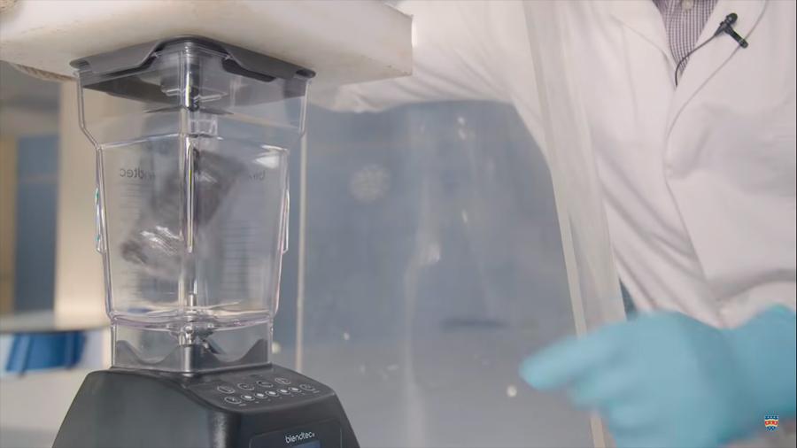 Científicos destrozan celulares para demostrar el impacto ambiental que tiene su fabricación