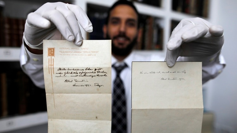 Sale a la luz desconocida teoría de la felicidad que Einstein escribió con su puño y regaló a un mensajero