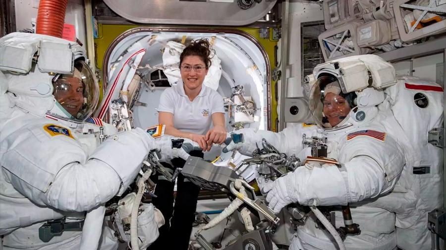 La NASA cancela el primer paseo espacial femenino por falta de trajes
