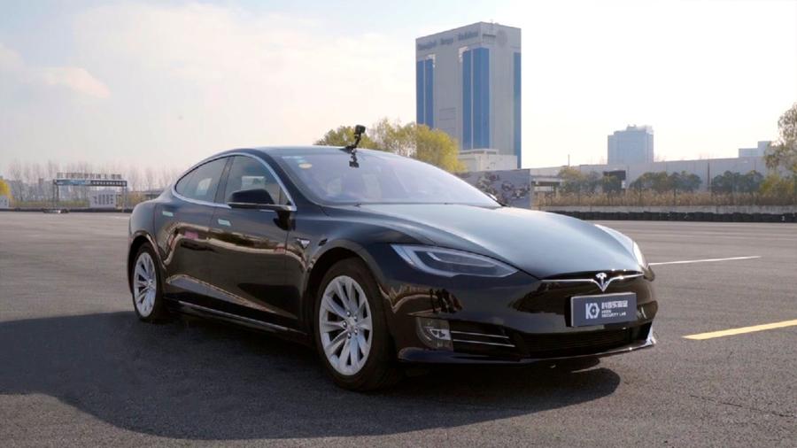 Hackers explotan fallas en autos Tesla para hacerlos entrar en el carril contrario y Elon Musk los felicita