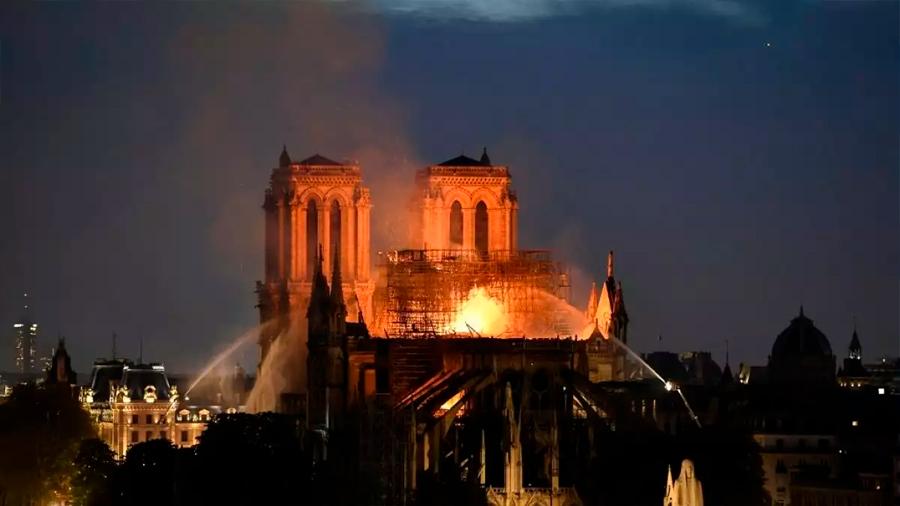 Haber utilizado aviones cisterna en incendio de Notre Dame habría colapsado la estructura