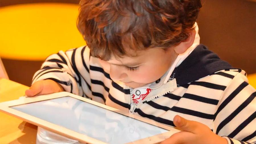 OMS recomienda que menores de 5 años no pasen más de una hora diaria ante pantallas electrónicas