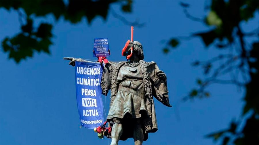 Barcelona: Greenpeace coloca gafas de buzo a estatua de Colón ante la indiferencia a la crisis climática