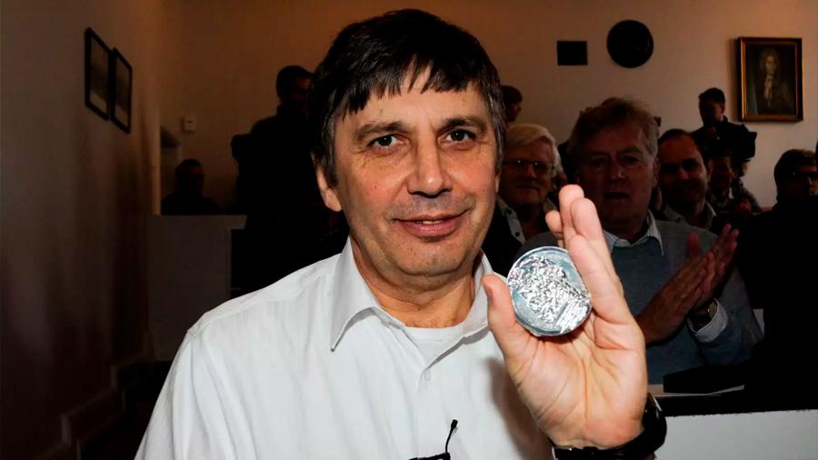 """""""Soy escéptico sobre las patentes, por eso no registré el grafeno"""": dice el científico Nobel que lo aisló"""