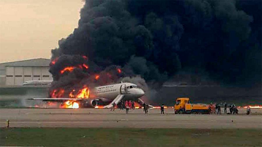 Capitan y pasajeros aseguran que un rayo causó el incendio de avión ruso donde murieron 41 personas