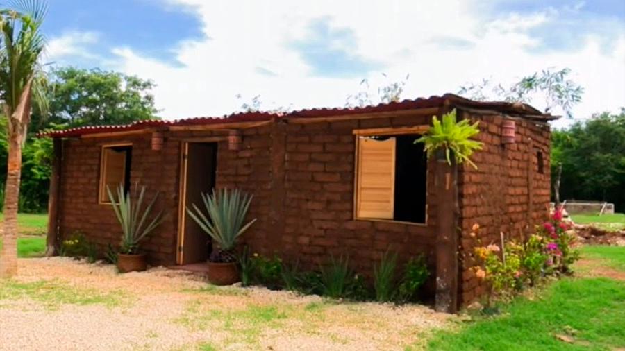 Inventor mexicano construye casa ecológica a base de molesta alga que invade playas caribeñas