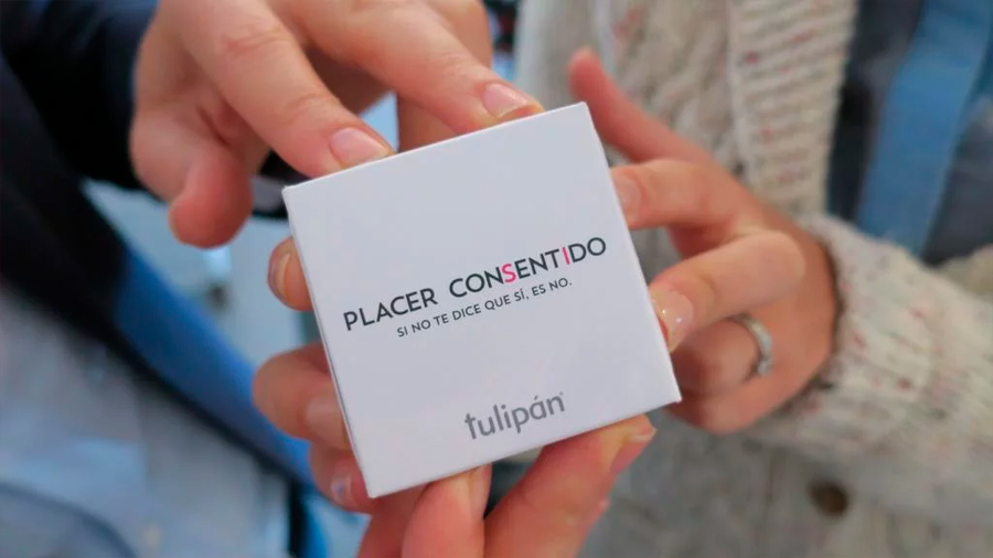 Crean preservativo que se abre con 4 manos para fomentar el consentimiento