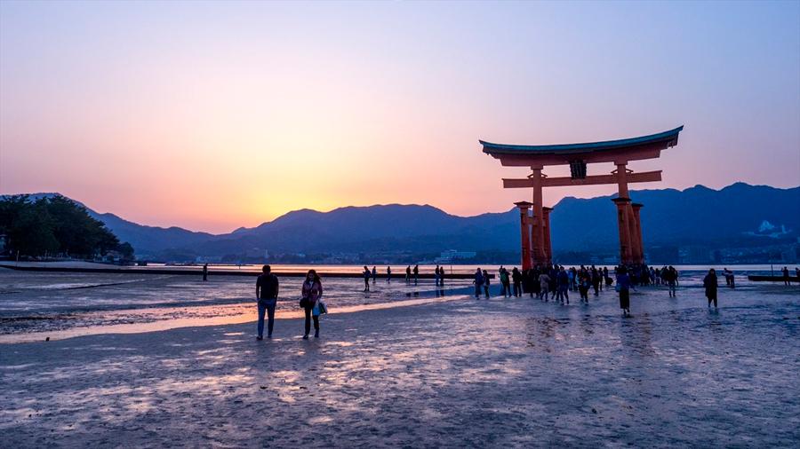 Hallan Extraños escombros atómicos de Hiroshima mezclados con arena de playa