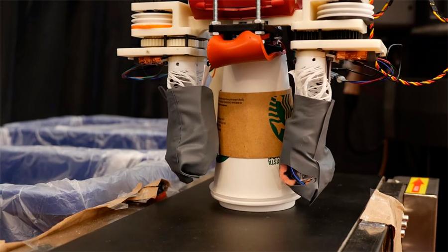 El MIT diseña brazo robótico con sensibilidad que selecciona y clasificar residuos para su reciclaje