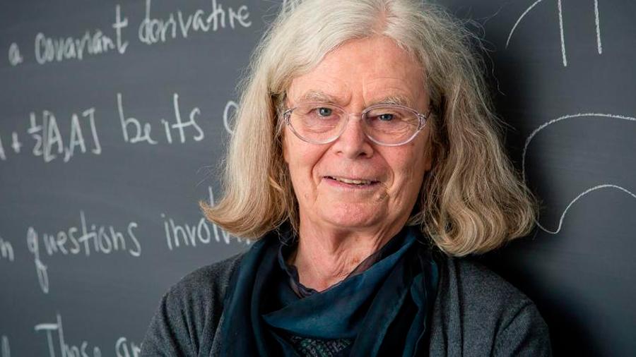 Recibe Karen Uhlenbeck el 'Nobel' de matemáticas y es la primera mujer en alanzarlo