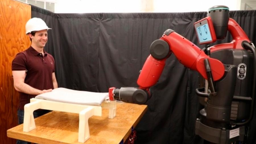 Un robot que distingue movimientos musculares puede trabajar 'hombro a hombro' con humanos