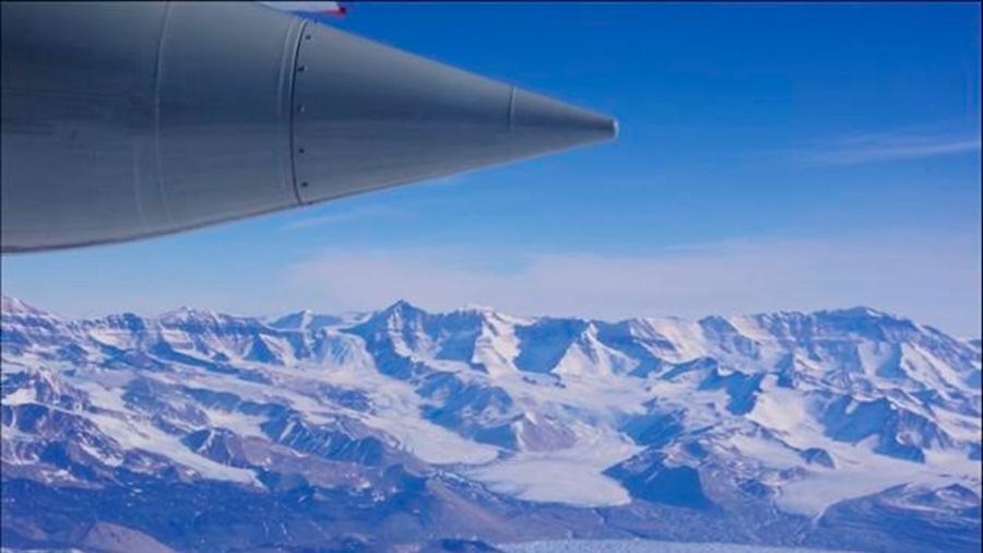 Sorprendentes patrones de fusión bajo la mayor plataforma de hielo