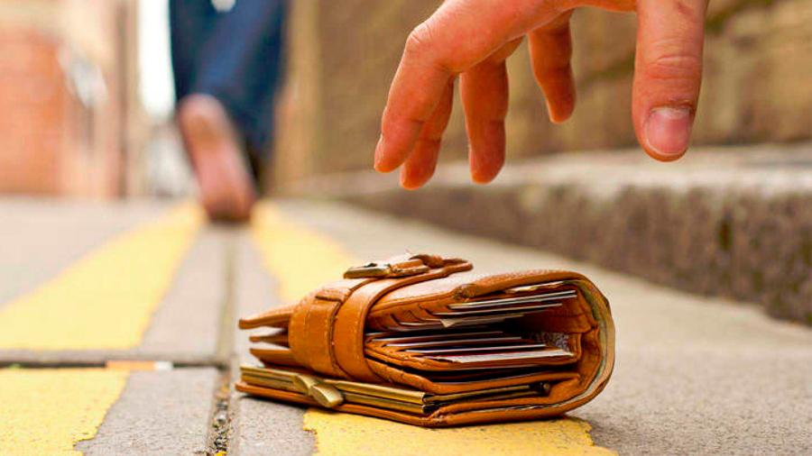 La gente devuelve más billeteras perdidas cuando hay más dinero en ellas: estudio