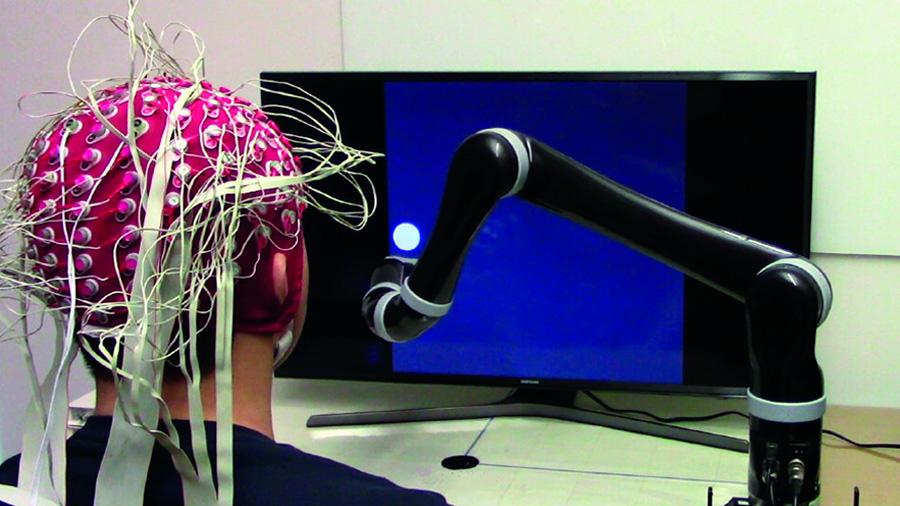 Primer brazo robótico controlado por la mente sin implante cerebral
