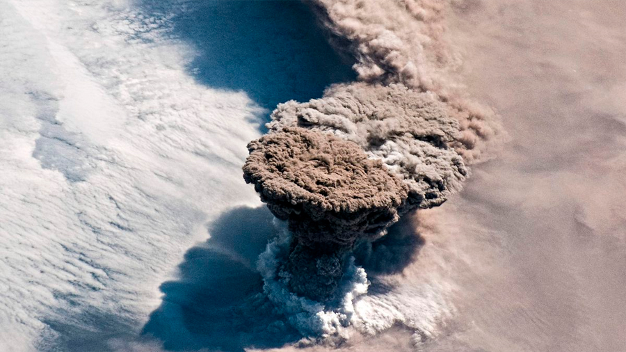 La espectacular foto del momento de la erupción de un volcán tomada desde la EEI