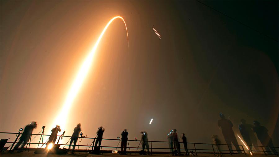 SpaceX lanza con éxito una vela solar y los restos de 152 personas