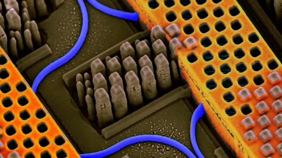 Bill Gates apuesta por los chips ópticos para revolucionar la IA