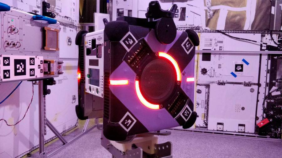 Primer robot de vuelo libre se estrena en la Estación Espacial