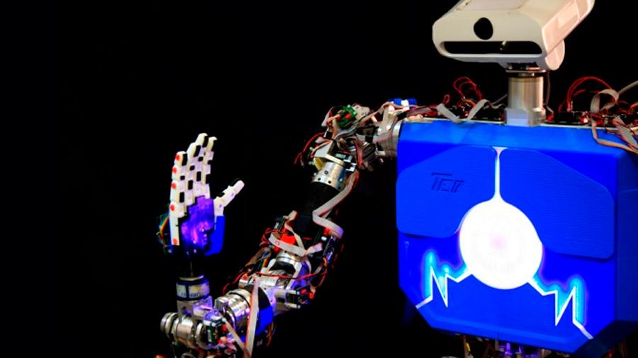 Un robot humanoide español habla en lengua de signos