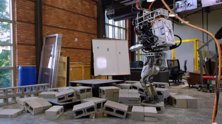 Robot Atlas de Boston Dynamics ya aprendió a caminar entre escombros