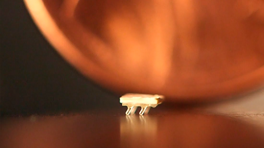 Crean robots de dos milímetros propulsados por vibración