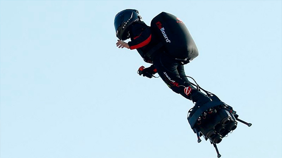 El 'hombre volador' francés fracasa en su intento de cruzar el Canal de la Mancha con su tabla aérea