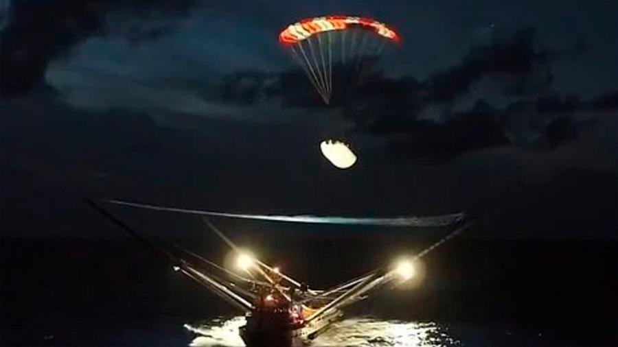 El carenado de un cohete Falcon 9 aterriza con paracaidas en un barco