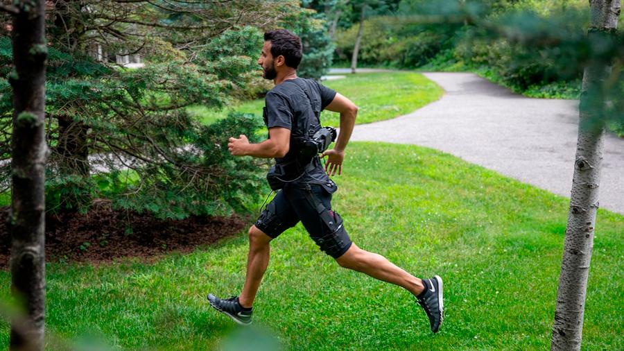 Traje robótico ayuda a su portador a caminar y correr con un equivalente de pesar hasta 7 kilos menos