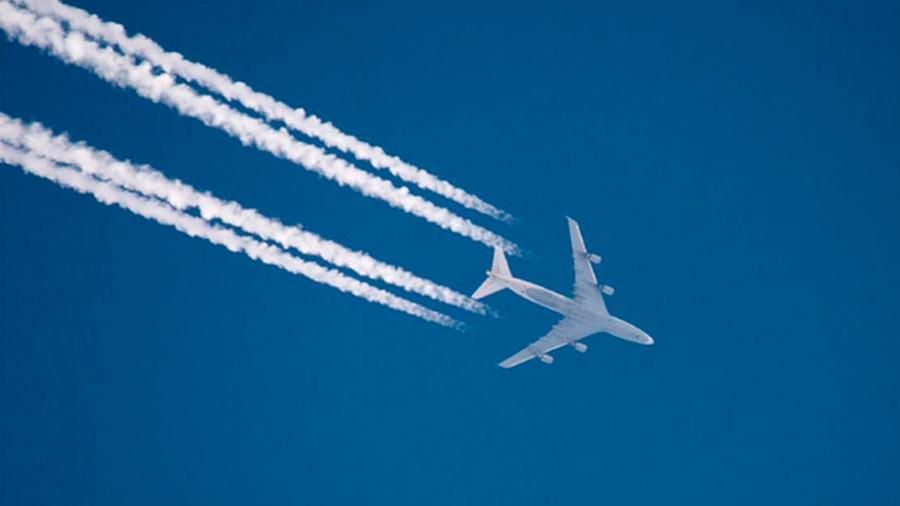 Atizan el calentamiento global las estelas que provocan los aviones