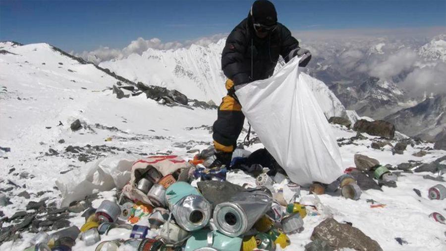 Nepal prohibirá en 2020 los plásticos de un solo uso en el Everest como las bolsas o pajitas