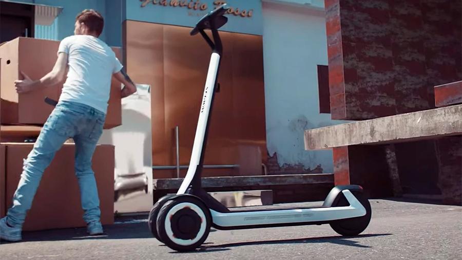 Chinos presentan un scooter con IA que regresa solo a su estación de carga
