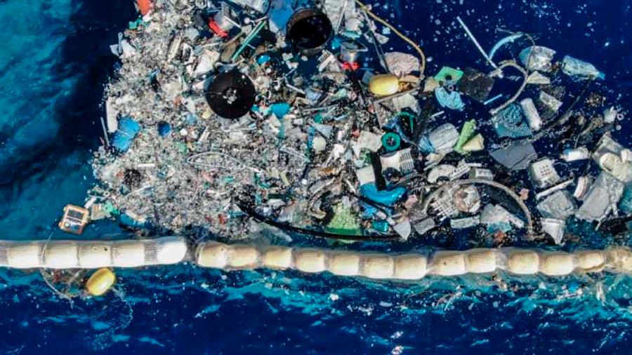 Innovador joven crea inmenso brazo mecánico con el que busca limpiar la isla de basura del Pacífico