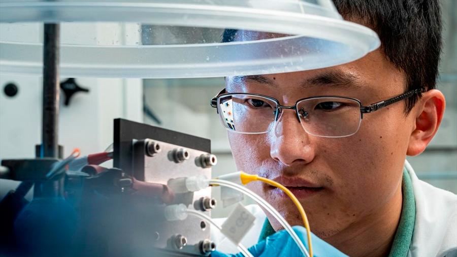 Científicos logran convertir CO2 en combustible líquido puro