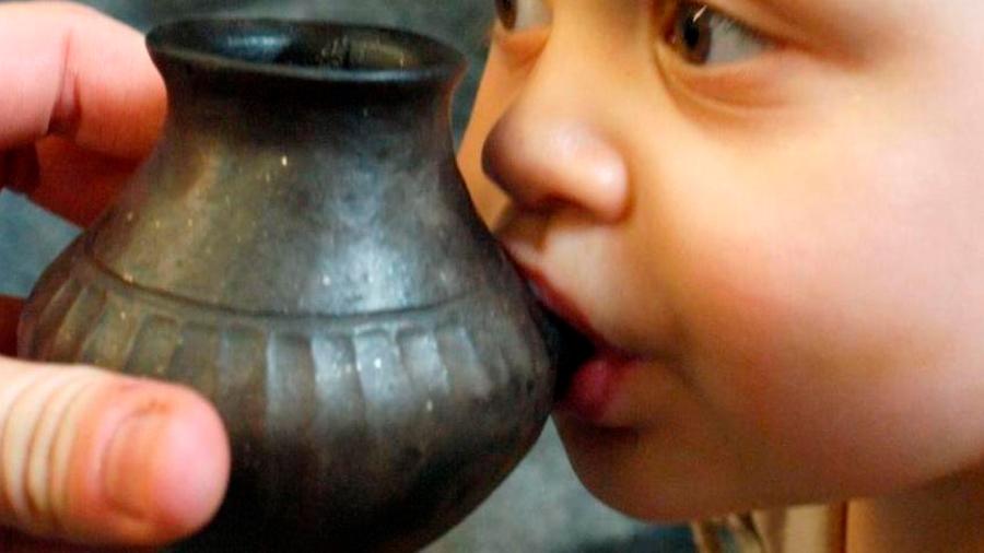 Estudio en Nature: Los bebés prehistóricos bebían leche animal en 'teteros' de arcilla