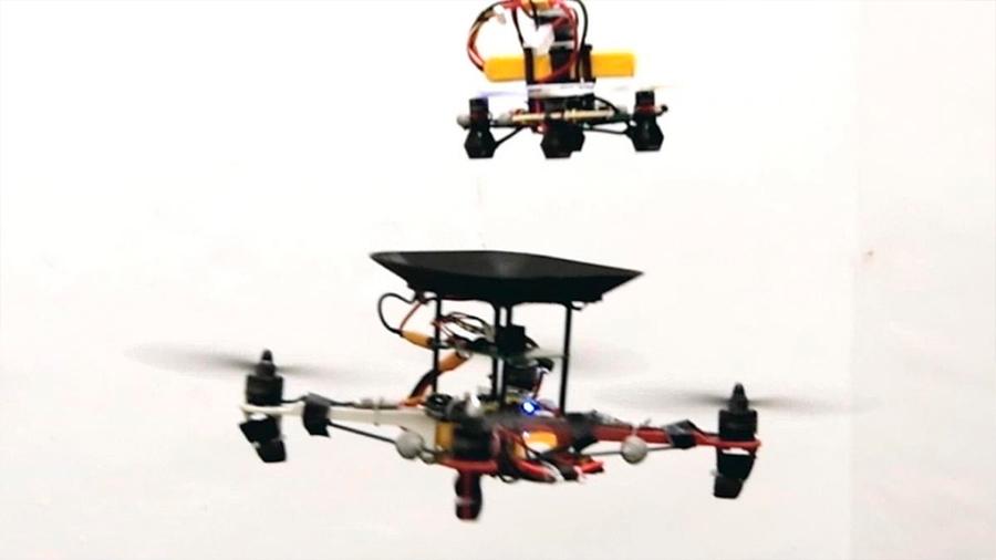 Este dron se recarga en pleno vuelo... con unas baterías voladoras