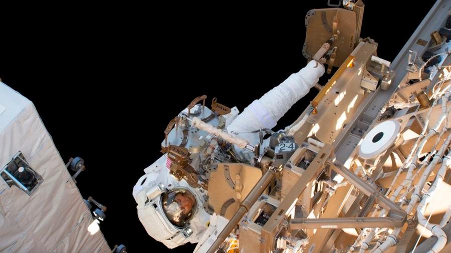 En caminata, dos astronautas reemplazan baterías de la Estación Espacial Internacional