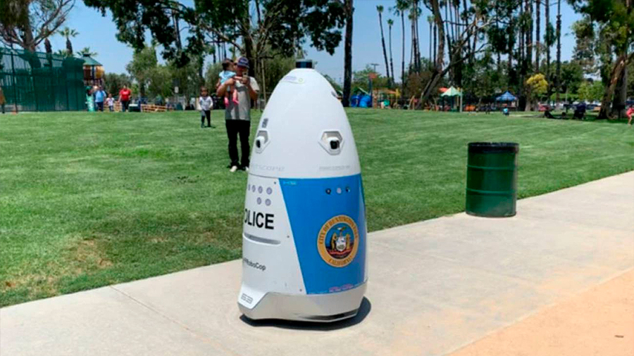 Un robot policía ignora a una mujer en peligro, le pide que se aparte, y se pone a cantar