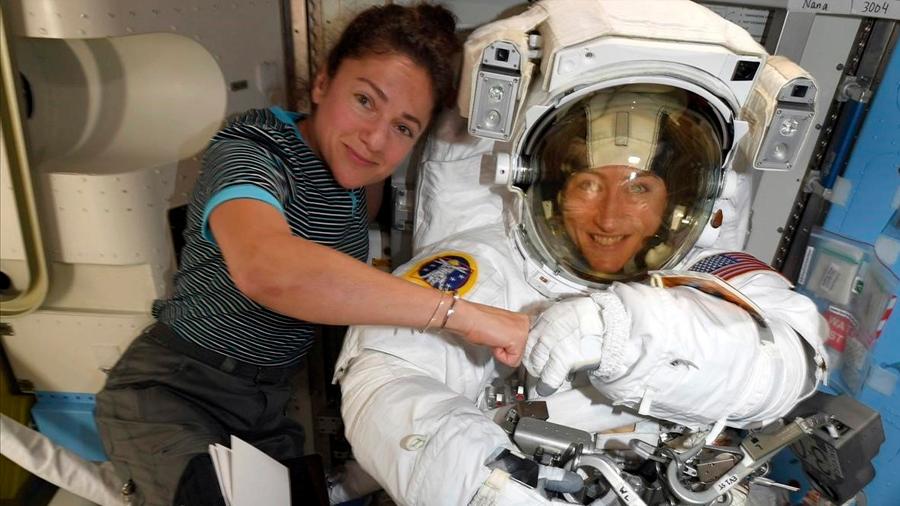Dos astronautas hacen historia en el primer paseo espacial 100% femenino