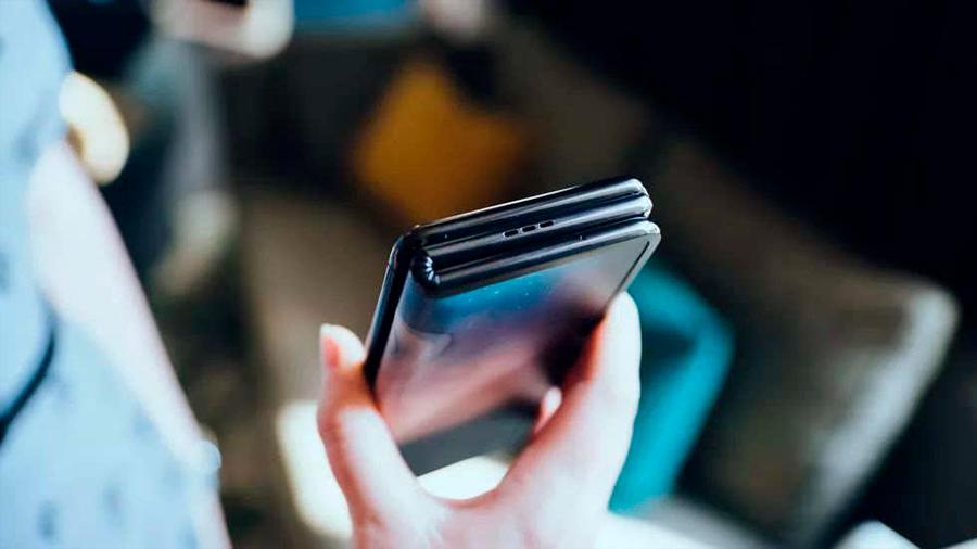 Compañía china TCL deja ver su nueva apuesta: celular que se dobla en tres partes