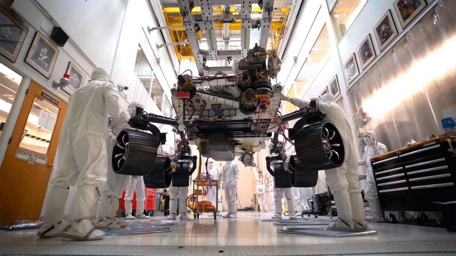El rover Mars 2020 de la NASA se presenta sobre sus ruedas