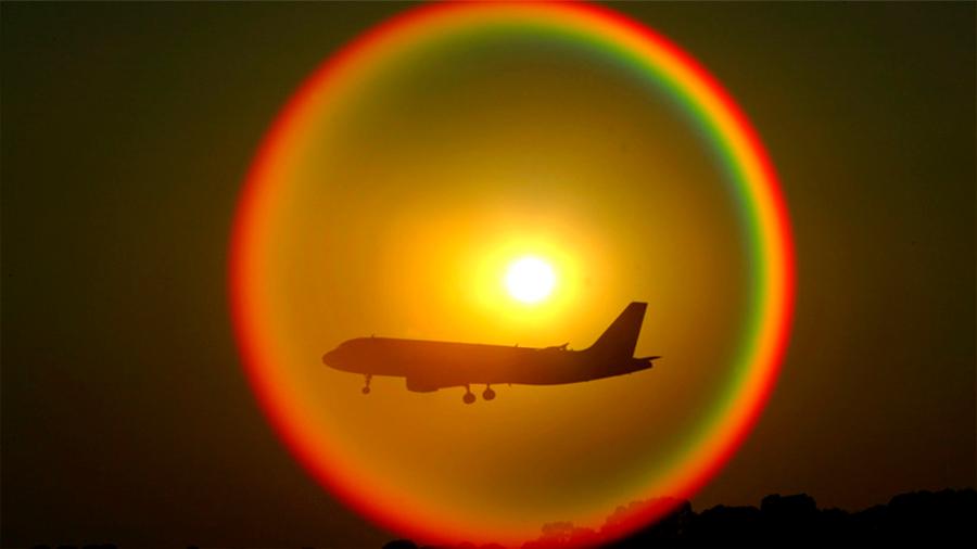Captan misterioso efecto óptico de avión dentro de arcoíris circular