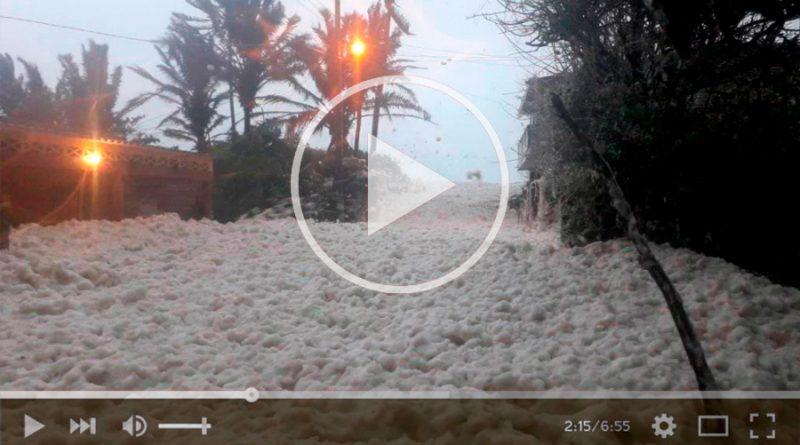 Espuma marina cubre las calles de una localidad mexicana