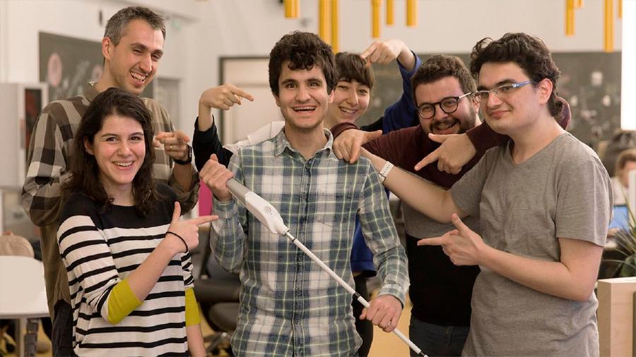 Crean bastón inteligente para personas ciegas que navega con Google Maps
