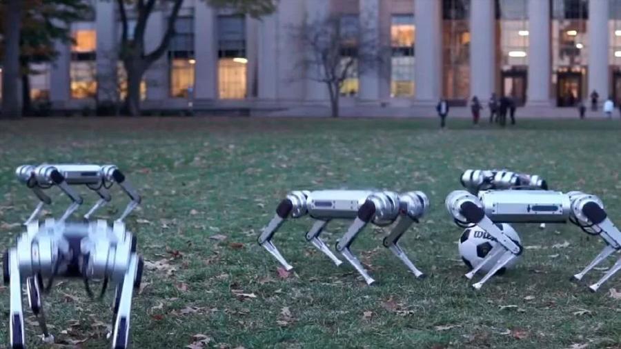 Científicos muestran a robots guepardo bailando y jugando fútbol